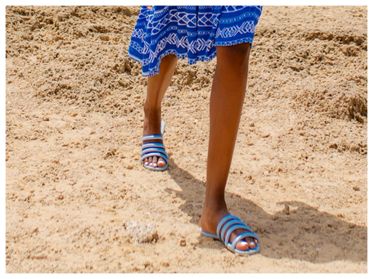 klapki na plażę w kolorze niebieskim
